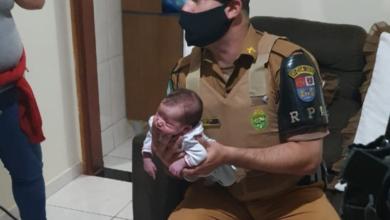 Foto de PMs salvam dois bebês afogados com leite materno no Paraná, em um só dia