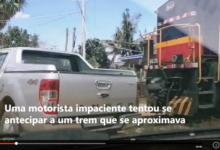 Photo of Trem atropela e arrasta carro com família dentro. Assista