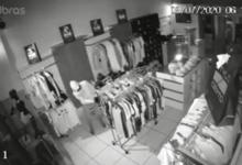 Photo of Bandidos fazem a limpa em loja de roupas em frente a delegacia; veja o vídeo