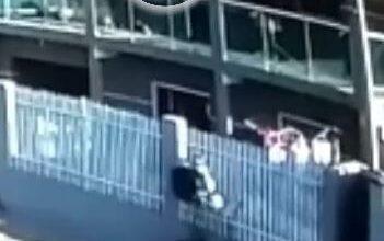 Photo of Criança de dois anos cai da sacada de casa e é salva por vizinho de 75; vídeo impressiona