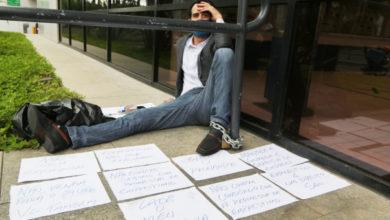Photo of Empresário se acorrenta na frente de agência bancária em protesto a não liberação de linha de crédito
