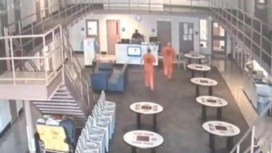 Photo of Presos saem das celas e salvam policial que infartou na cadeia: vídeo