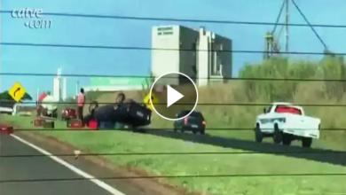 Foto de Impressionante: imagem registra motorista saindo de caminhonete após capotamento