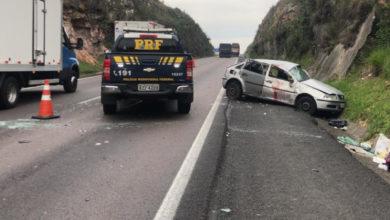 Foto de Carro bate em barranco, capota na BR-277 e deixa um morto e dois feridos; veja vídeo
