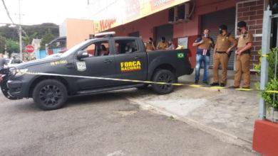 Foto de Três homens são assassinados a facadas dentro de supermercado na Grande Curitiba